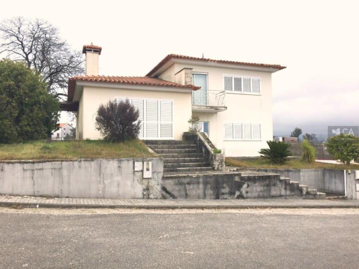 Moradia de tipologia V4 com 205m² em Vilarinho, próxima da zona industrial de Oliveira de Frades
