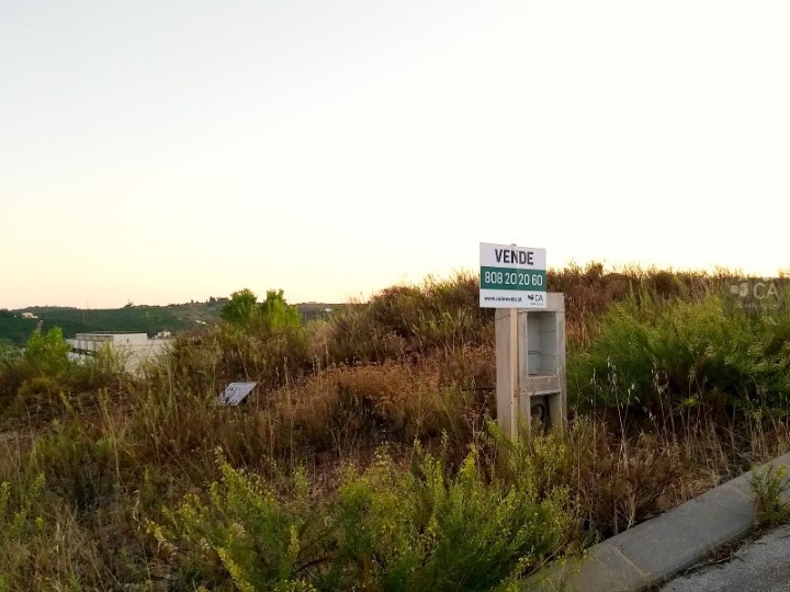 Terreno para construção com 500m², situado em zona de expansão da cidade de Silves