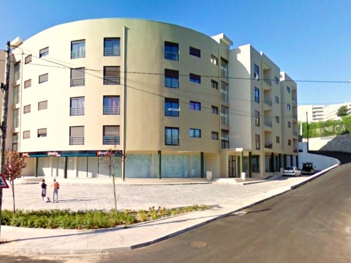 Loja de R/c com 133m² no Largo das Teixugueiras, próximo da EN106, uma das entradas da cidade de Vizela