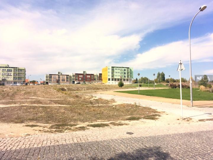 Terreno para construção com 329m², situado em zona de expansão de Camarate, concelho de Loures